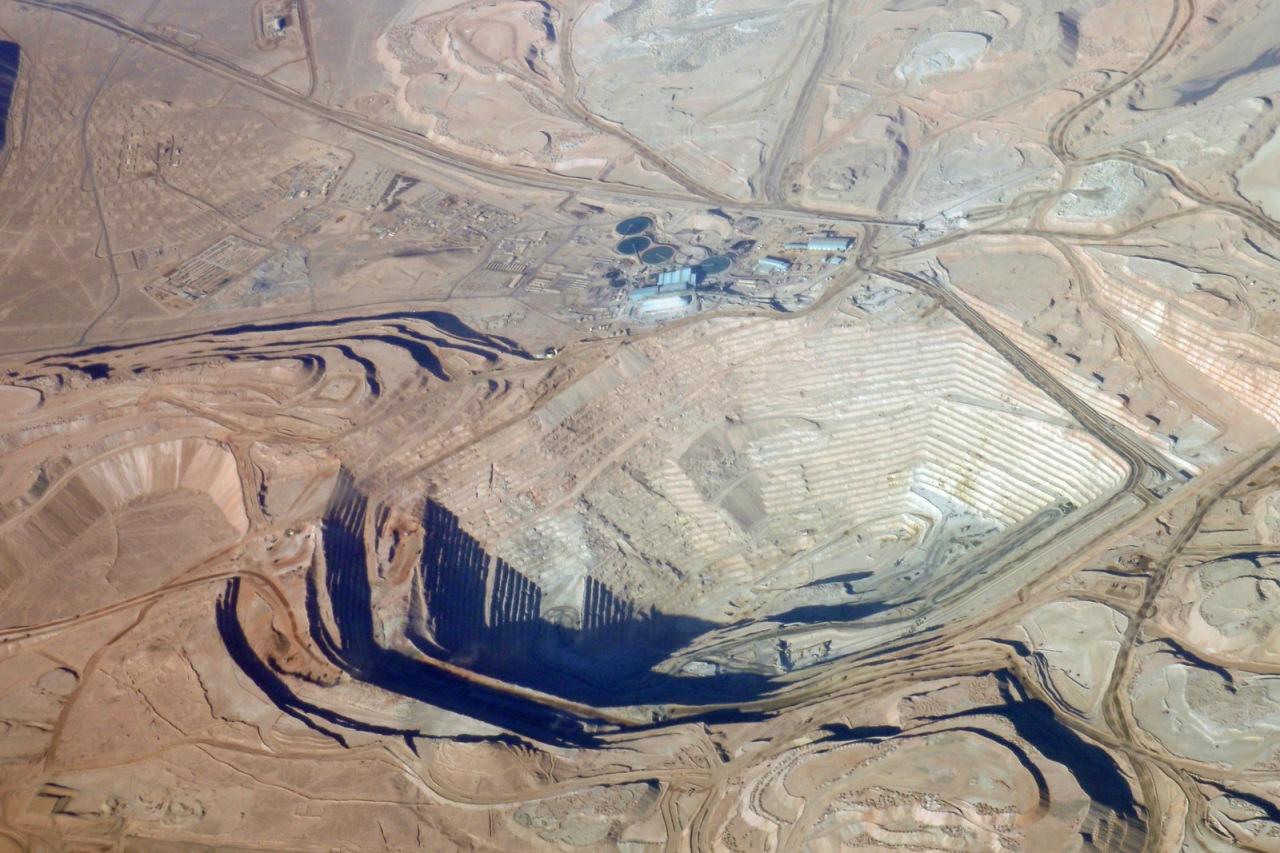 Vista aérea de mina no deserto de Atacama