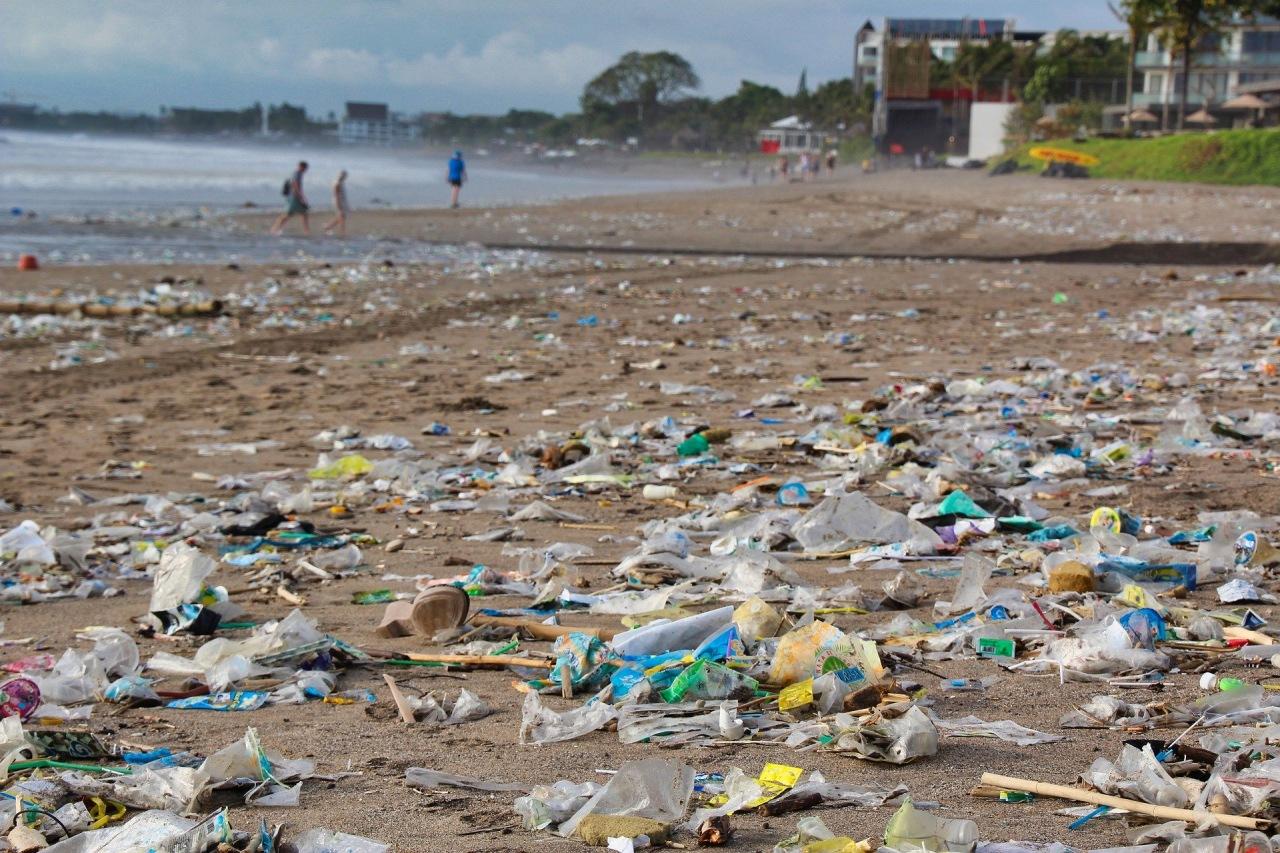 Basura arrojada al océano y esparcida en una playa.