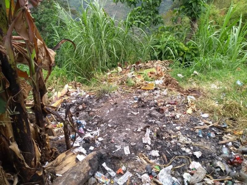 Desechos quemados  en la vereda las Guacas