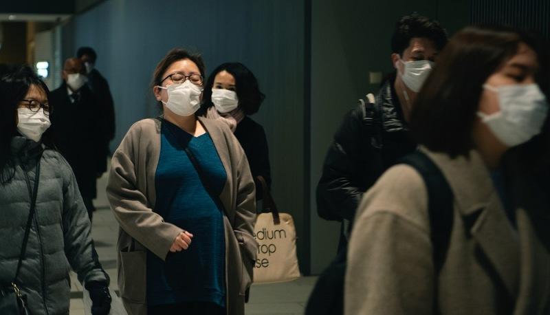 Viajeros usan máscaras contra la COVID-19