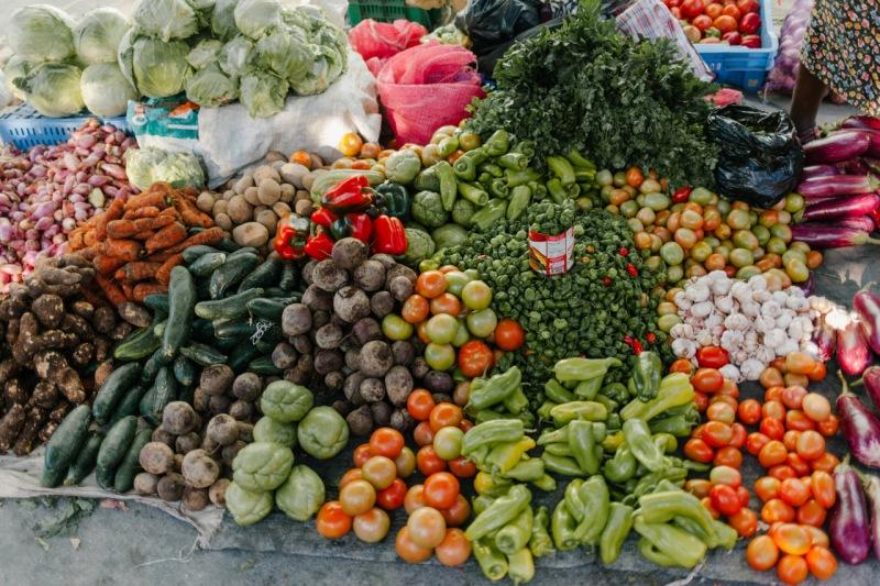 Diversidad de verduras apiladas en un mercado callejero. La preparación de estos alimentos genera una gran cantidad de subproductos alimentarios (semillas y cáscaras) que pueden reutilizar-se en los alimentos.